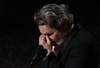 لحظة بكاءه بعد استلامه للجائزة