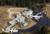 كما يمتلك عدة منازل في عدة مدن مثل: سانتا باربارا، كاليفورنيا، أوكالا فلوريدا، هاواي، وقصره الرئيسي في أوكالا بولاية فلوريدا مزود بمهبط للطائرات
