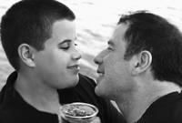 """ابن جون الأكبر """"جيت"""" ولد في عام 1992 وكان مصاباً بالتوحد، وتوفى في حادث مأساوي يوم 2 يناير عام 2009، بعد أن أصيب بنوبة من التشنجات واصطدمت رأسه في حوض استحمام"""