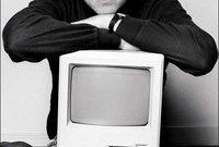 بدأت شركة أبل عام 1976 في تجميع وبيع أجهزة الكومبيوتر، لتقدم للعالم بعد إنشائها بعام جهاز أبل 2 الذي يعد أول جهاز كومبيوتر شخصي ناجح يتم إنتاجه على المستوى التجاري