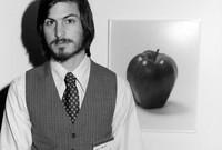 اختار ستيف جوبز التفاحة كرمز لشركته، ويعود ذلك إلى أنه عمل في حقل تفاح في فترة من حياته، في بادئ الأمر قرر جوبز أن يكون شعار الشركة عبارة عن رسم لشجرة تفاح يجلس إسحاق نيوتن في ظلها