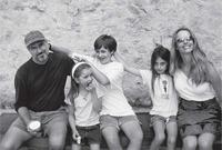 ستيف جوبز مع زوجته بلورين بأول و أطفاله الثلاثة