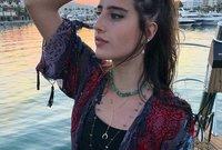 ولدت في جدة من أب سعودي وتحديدًا من جدة، وأم إيطالية من أصول يوناني