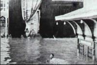 في الوقت الذي تمكن فقط من يتقن السباحة من الطواف حوال الكعبة كان تقبيل الحجر الأسود مقتصرًا فقط على من يتقن الغطس وحبس أنفاسه لعدة دقائق في أغرب طواف للحج في القرن الماضي
