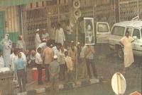 قام الحجاج الشيعة فجأة بمهاجمة رجال الأمن فجأة بالعصي والحجارة وقاموا بالإعتداء عليهم ليضطر الأمن السعودي للتصدي لهم وتفاقمت الاشتباكات بينهم حتى قتل 402 شخص من الطرفين وأصيب أكثر من 640 شخص