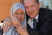 كان أردوغان يحرص على اصطحاب والدته في عدد كبير من المناسبات الاجتماعية والسياسية وكانت محل احترام وتقدير جميع الأتراك