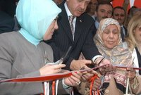 كان أردوغان يعامل والدته على سجيته أمام وسائل الإعلام وأمام الجماهير ما أكسبه شعبية واسعة ومحبوبًا لديهم بسبب طبيعة علاقته وتعامله مع والدته حيث كان يقدمها دائمًا في المحافل الاجتماعية والسياسية دون الالتزام بالبروتولاكات