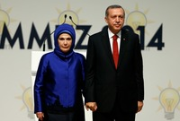 أما زوجته السيدة أمينة غولبران أو أمينة أردوغان فتوصف بأنها المرأة الاستثنائية والرفيقة والزوجة وكانت بجانب أردوغان طيلة مشواره السياسي
