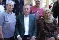 تعرفت على أردوغان للمرة الأولى عام 1977 خلال تواجدها ضمن وفد من جمعية النساء المثاليات اجتمع مع أردوغان لتثير إعجابه وتنشأ بينهما علاقة حب تكللت بالزواج في غضون شهور قليلة في عام 1978
