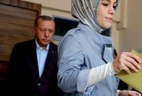 تظهر كثيرًا في الحياة العامة التركية وكذلك السياسية حيث تعد ناشطة في مجال الأعمال الخيرية والإنسانية وتظهر مع والدها في كثير المناسبات
