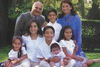 صورة تجمعه بزوجته وأحفادهما