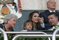 صورة تظهر فيها منى الحسين مع ابنها الملك عبدالله الثاني