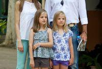الملكة ليتيزيا ملكة إسبانيا برفقة زوجها الملك فيليبي السادس وابنتيهما