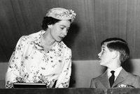 ولد الأمير تشارلز عام 1948 في قصر باكنجهام الملكي كأكبر أبناء الأمير فيليب ووريثة العريش البريطاني آنذاك الأميرة إليزابيث والتي أصبحت ملكة على بريطانيا بعد ميلاده بأربعة أعوام عام 1952