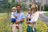 صورة للأمير تشارلز والأميرة ديانا مع الأمير ويليام والأمير هاري في طفولتهما