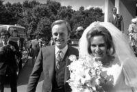 لكن تزوجت كاميلا من ضابط جيش بريطاني ورزقت منه بطفلين لكن صلتها بالأمير تشارلز ظلت مستمرة بعد زواجها حتى ظهرت مرة أخرى بعد زواجه من الأميرة ديانا