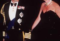ولكن لم يذعن الأمير تشارلز لرفض القصر الملكي لعلاقته بكاميلا وأصبحا يظهرا بشكل متزايد في المناسبات العامة