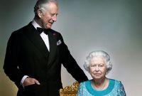 ويصف الكثيرون علاقة الأمير تشارلز بوالدته الملكة إليزابيث بالمضطربة حيث رغم كونه ولي العهد لكنها لم تمنحه ظهورًا كبيرًا في الحياة السياسية البريطانية طيلة تلك العقود