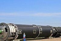 أكبر وأخطر صاروخ في العالم يبلغ وزنه 210 أطنان، ويحمل 10 رؤوس نووية ويطير لمسافة تصل إلى 16000 كم. وتملك روسيا 74 منصة إطلاق، مجهزة بهذه الصواريخ