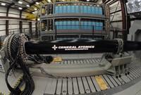 ريلغان الكهرومغناطيسي يمكنه اطلاق القذائف باتجاه أهداف تبعد 100 ميل أي تقريباً من على بعد 160.9 كيلو متر تقريباً يعمل من خلال تسخير مجموعة من القوة المغناطيسية والكهربائية