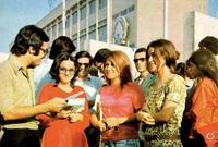 وعلى مستوى التعليم فكانت تتبع إيران النظام الغربي في التعليم سواء من حيث اختلاط الرجال والنساء أو من حيث المناهج التي يتم تدريسها