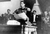 وكانت إيران تمتلك برلمان قوي تمكن من عزل الشاه عام 1953 لكن تمكن الشاه من استرداد الحكم مرة أخرى