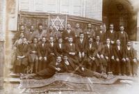 وكان يعيش في إيران قبل الثورة الإسلامية أكثر من 80 ألف يهودي وكانوا ينعمون بالسلام والأمان في تلك الفترة وكانوا يشكلون جزء مهم من نسيج الاقتصاد الإيراني