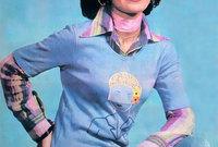 صورة فتاة إيرانية في سبعينيات القرن الماضي وهي ترتدي ملابس تواكب أحدث صيحات الموضة الغربية