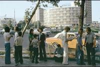 صورة تجمع بين شباب إيرانيين ويظهر عليهم اتباعهم النمط الغربي في المظهر الخارجي لهم
