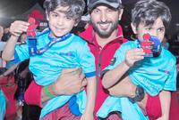 صورة تجمعه بأبنائه