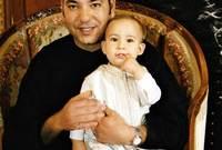 صور تجمعه بوالده ووالدته في الطفولة