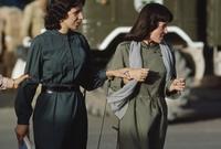 امرأتان أفغانيتان مطلع السبعينيات في مشهد صعب رؤيته في الأيام الحالية