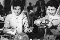 نساء أفغانيات وصورة لهن أثناء دوام عملهن بأحد المصانع في الستينيات