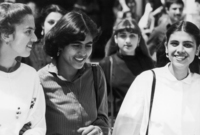 وعلى صعيد الحياة الاجتماعية كانت أفغانستان تحتوي على عدة مظاهر مختلفة بداية من الأفغاني التقليدي المحافظ سواء في المظهر أو العادات أو التقاليد أو الأفغاني الحديث الذي يتسم بالطابع الغربي ويرتدي أحدث صيحات الموضة
