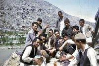صورة لمجموعة من الأفغان بأحد المناطق السياحية في فترة الستينيات