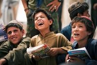 بينما يعيش اليوم أكثر من 55 % من سكان أفغانستان تحت خط الفقر وتصل النسبة إلى 90% في المناطق البدوية ، و65% في القرى، ويعاني أكثر من 40 % من الشعب الأفغاني من البطالة