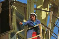 امرأة أفغانية وصورة تم التقاطها لها في عملها مطلع السبعينيات