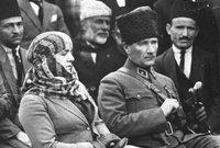 كما منع ارتداء الجلباب الذي يرتديه رجال الدين، وتبنى بدلا منه الزي الغربي للرجال والنساء