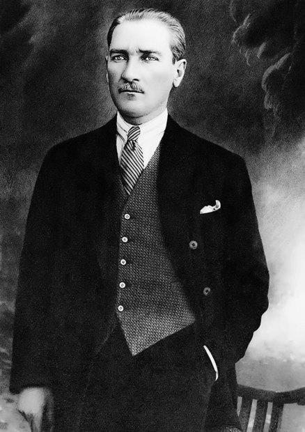 """اسمه """"مصطفى كمال"""" مواليد عام 1881، أسس جمهورية تركيا الحديثة عام 1923"""