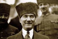 بعد انتهاء الحرب العالمية الأولى أسس الحركة التركية الوطنية، واستطاع إيقاع الهزيمة بالجيش اليوناني في الحرب التركية اليونانية عام 1922