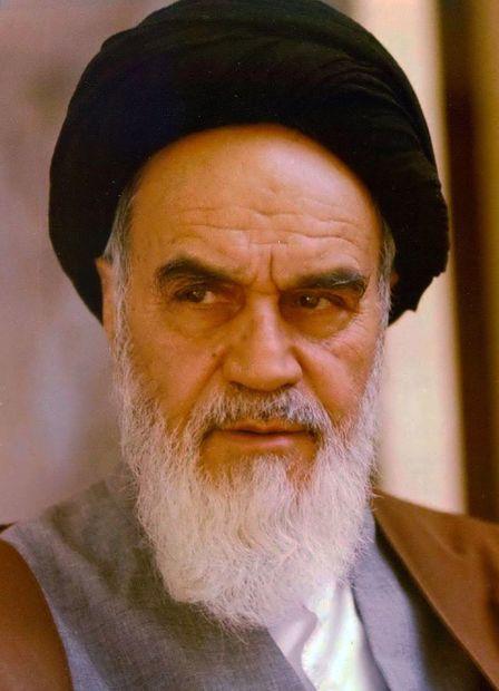 """روح الله بن مصطفى بن أحمد الموسوي الخميني، مواليد 24 سبتمبر 1902 في مدينة """"خمين"""" بإيران"""