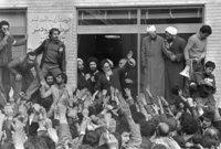 """بعد نجاح الثورة قرر الخميني فرض نظرية """"ولاية الفقيه"""" في الدستور الإيراني"""