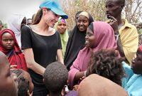 صور لأنجلينا جولي أثناء مساعدتها الفقراء في أفريقيا