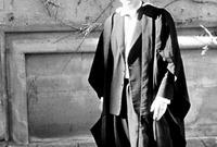 أصبح هوكينج طالبًا متفوقًا في مجال دراسته التي يشغفها وتخرج عام 1962 بدرجة الشرف في العلوم الطبيعية وتابع دراسته ليصبح طالبًا في في جامعة كامبريدج للإعداد لشهادة الدكتوراة في علم الكونيات.