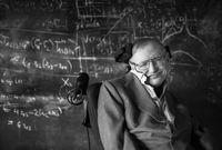 """حقق شهرة علمية وعالمية كبيرة بعد نشره لعدة أبحاث تمكن بها من فك غموض """"الثقوب السوداء"""" والتي شكلت لغزًا كبيرًا للعلماء لفترة طويلة"""