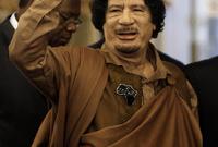 عرف القذافي بارتداء الأزياء الغريبة ولكنها كانت تحمل رسائل في بعض الأحيان