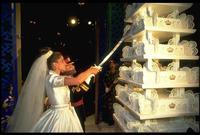 العروسان يقطعان التورتة