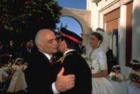 الملك حسين يقبل ابنه ولي العهد في ذلك الوقت