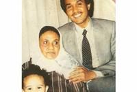 كانت أسرته متعلقة بوالده بشكل كبير وقال محمد عبده أنه تم حرق صورة لوالده لأن شقيقته كانت تبكي بسببها كثيرًا  1