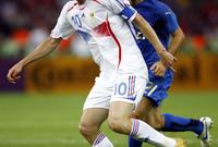 ثم انتقل زيدان لريال مدريد الإسباني عام 2001 مقابل رقم قياسي وقتها قُدر ب 66 مليون دولار